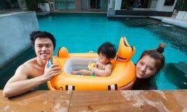 La famille ayant l'amusement ensemble Images libres de droits