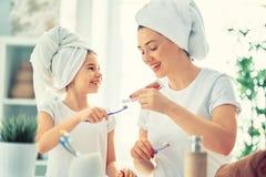 La famille brossent des dents images libres de droits