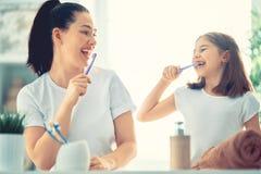 La famille brossent des dents photographie stock libre de droits