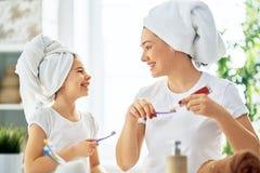 La famille brossent des dents photo stock