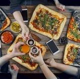 La famille célèbre le jour du ` s de père dans un arrangement à la maison confortable Nourriture à la maison, pizza faite maison  Images stock