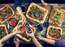 La famille célèbre le jour du ` s de père dans un arrangement à la maison confortable Nourriture à la maison, pizza faite maison  Image libre de droits