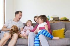 La famille caresse à la maison Photo stock