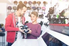 La famille choisissent des rouleaux Photographie stock libre de droits