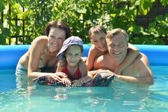 La famille détendent dans la piscine Photo stock