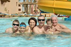 La famille détendent dans la piscine Photos stock