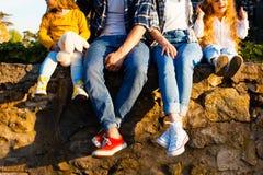 La famille dans les jeans et des espadrilles Photo libre de droits