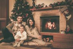 La famille dans Noël a décoré la maison Photo stock