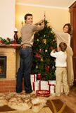 La famille dans Noël a décoré la maison Images stock