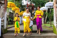 La famille de Balinese dans des vêtements traditionnels pendant la célébration soit Photographie stock libre de droits