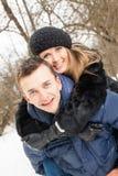 La famille de jeunes joue le bois d'hiver sur la neige Photos stock