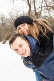 La famille de jeunes joue le bois d'hiver sur la neige Images stock