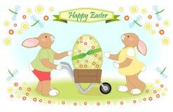 La famille de lapin de Pâques porte le grand oeuf Image libre de droits