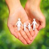 La famille de papier remet dedans Sunny Background vert. Famille Image stock