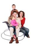 La famille de quatre se repose sur la présidence Photo stock