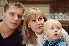 La famille de trois personnes se ferment vers le haut. Regardez vers la droite. Photographie stock