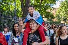 La famille des fans russes retourne du match de football, St Petersbu Photos libres de droits