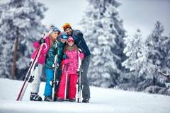 La famille des vacances de ski en montagnes appréciant et ont l'amusement Image stock