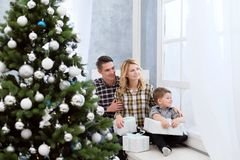 La famille du père et de la mère rencontrent la nouvelle année à la maison image libre de droits