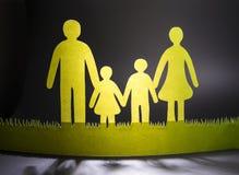 La famille du papier coloré sur un fond foncé images libres de droits