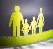 La famille du papier coloré sur un fond foncé photo libre de droits