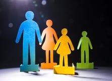 La famille du papier coloré sur un fond foncé photos libres de droits