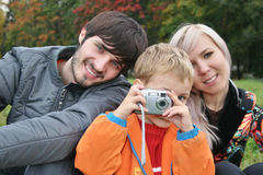 La famille effectuent la photo Photos stock