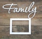 La FAMILLE en bois blanche d'inscription marque avec des lettres le fond en bois rustique de famille d'inscription Thème d'abstra Photographie stock