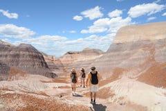 La famille en voyage de hausse dans les montagnes abandonnent Photo libre de droits