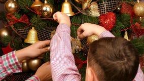 La famille entière décorent l'arbre de Noël banque de vidéos
