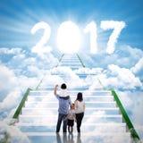 La famille entre dans la porte légère avec le numéro 2017 Images stock