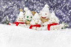 La famille est les bonhommes de neige heureux Photos stock