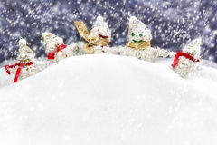 La famille est les bonhommes de neige heureux Photos libres de droits
