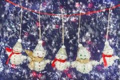 La famille est les bonhommes de neige heureux Images stock