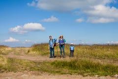 La famille est montagne de marche de cuvette Photo libre de droits