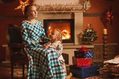 La famille est par la cheminée Images stock