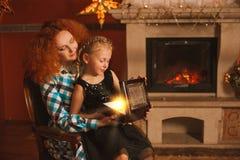 La famille est par la cheminée Photo stock