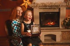 La famille est par la cheminée Photos libres de droits