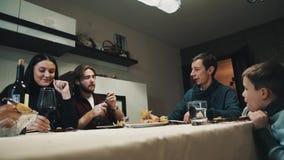 La famille et l'ami à la table de dîner boit de la vodka et mange des sushi, célébration banque de vidéos