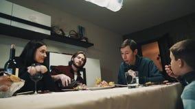 La famille et l'ami à la table de dîner boit l'alcool et mange des sushi, célébration banque de vidéos