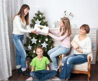 La famille et les amis célèbrent Noël Image stock