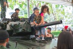 La famille et les enfants apprécient l'amusement avec les armes à feu militaires de réservoirs et les armes d'armée de canon mont Images libres de droits
