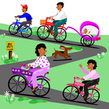 La famille fait un tour de vélo Photos libres de droits