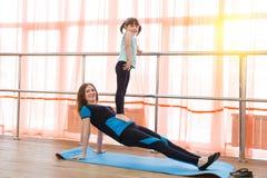 La famille folâtre la gymnastique Images stock