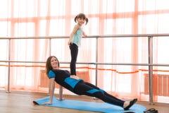 La famille folâtre la gymnastique Photographie stock