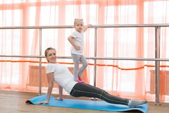 La famille folâtre la gymnastique Photographie stock libre de droits