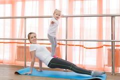 La famille folâtre la gymnastique Images libres de droits