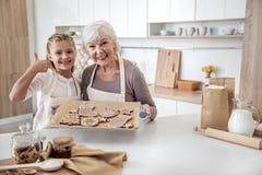 La famille gaie est satisfaite des bonbons qui a réussi tout seul Photo stock