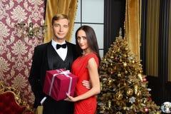 La famille heureuse célèbrent la nouvelle année et le Noël Image stock
