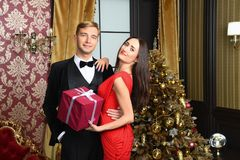 La famille heureuse célèbrent la nouvelle année et le Noël Photos stock